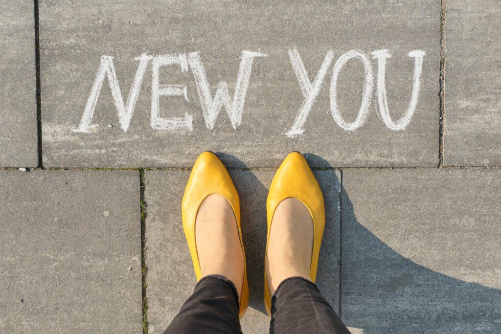 متن جدیدی که در پیاده رو خاکستری با پاهای زنانه نوشته اید ، نمای بالا