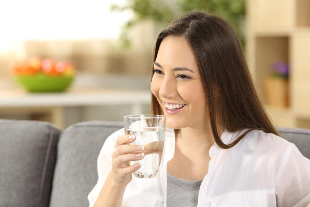 زنی از لیوان آب خورد